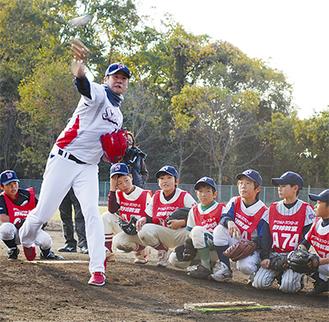 増渕投手の速球を食い入るように見る子どもたち