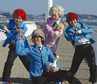 「真田ユキ」や「アキラ・アガルカール・山田」、「ハル」など「つり球」のキャラに扮する参加者たち