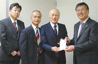 目録を渡す鈴木支部長(左)