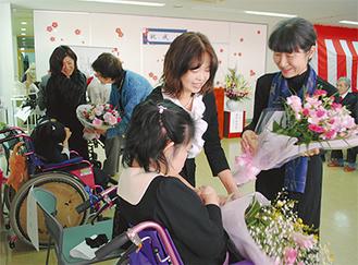 新成人が花束を受け取ると会場は拍手に包まれた