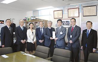 佐々木柿己教育長(右から3人目)にマスクの目録を手渡す大澤尚武会長