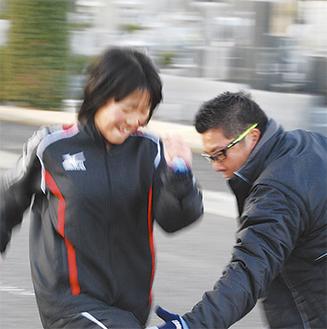 練習する内田さんと常磐コーチ