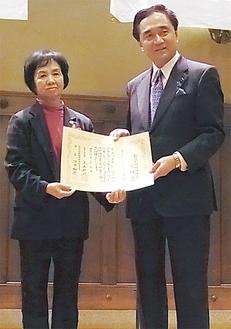 黒岩知事から表彰された渡部会長(左)
