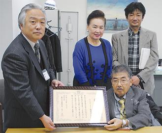 木下所長から加藤会長(右)へ感謝状が渡された