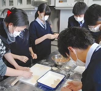 生徒と協力して餃子を作った卞さん(一番左)