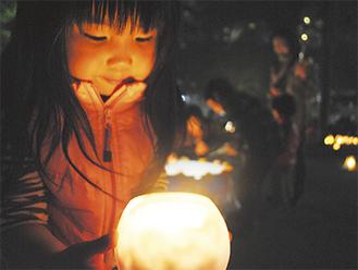 東奥田公園では多くの来場者たちがキャンドルの淡い光を楽しんでいた