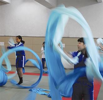 「羽衣」を使って演舞の動きを体験した