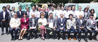 式参加者と板橋さん(前列左端)