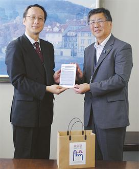 インストール済みの「指伝話」を寄贈した高橋代表取締役(左)