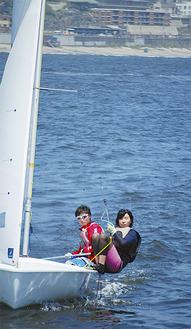 練習場所は江の島ヨットハーバー沖 腰越を背に風を捕まえる