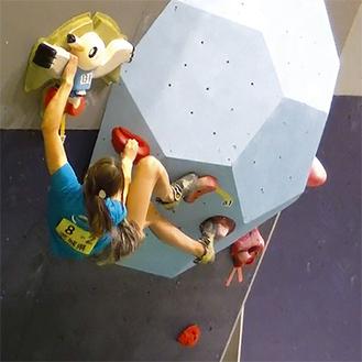 「ボルダリング」は、設定されたゴールポイントを目指して体ひとつで登る(写真提供=東京都山岳連盟)
