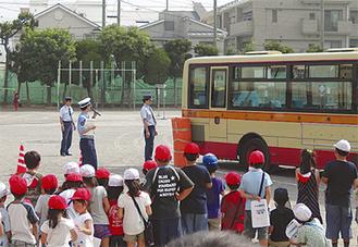 校庭にバスが登場