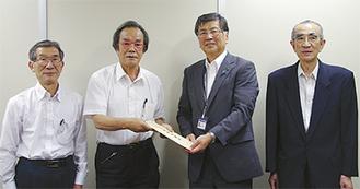 熊沢理事長から鈴木市長に手渡された