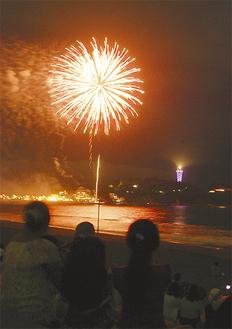 江の島をバックに花火が輝いた