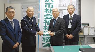 冨田会長(左から2人目)から加藤会長へ手渡された