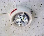 天井に設置された光警報装置