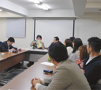 チラシを手にする村瀬実行委員長(左から2人目)と企画を話し合う委員ら