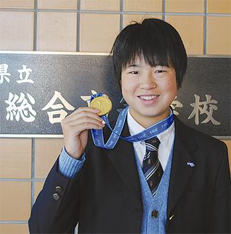 「メダルは噛んじゃだめ、と言われています」と笑顔で話す宮川選手