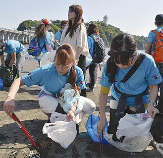 参加者はトングで海岸の吸い殻を回収した「思った以上に吸い殻が多くてびっくり」