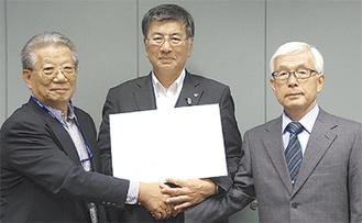 左から森井理事長、鈴木市長、加藤会長