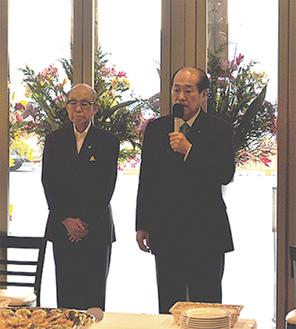 式典であいさつする最上常務(右)と山田榮専務