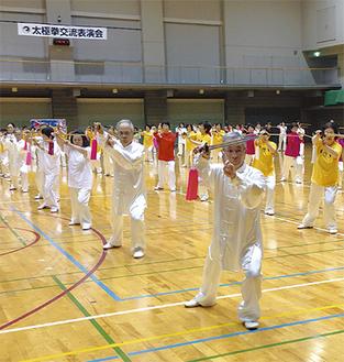 参加者800人が日頃の練習の成果を華麗に披露した