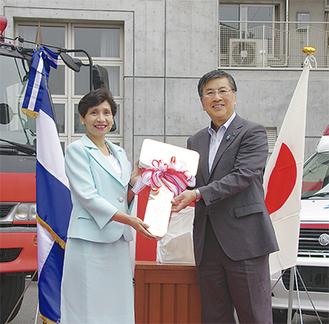 レプリカキーを受け取るマルタ大使(左)と鈴木市長