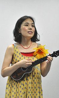 自らが作詞・作曲した「ラブれれ」を披露する花村さん