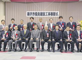 受賞工事の代表者と鈴木市長(中央下段)ら