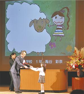 スクリーンに力作が映し出される中、西川会長から一人ひとりに表彰状が授与された