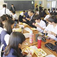 2中学で給食スタート