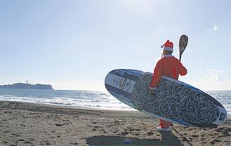 サンタと一緒にビーチクリーン