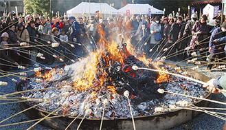 昨年のどんど焼きには約500人が訪れた