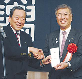 目録を渡す片岡会長(左)