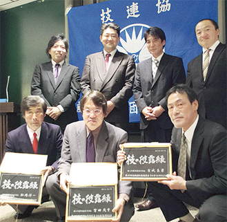石井部長(上段右から3人目)と歴代部長(下段)