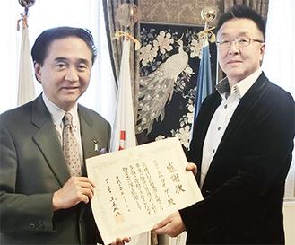 感謝状を受け取る吉楽社長(右)