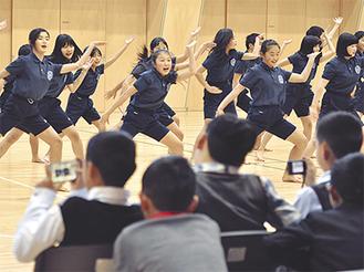 湘南ソーラン節を披露する湘南学園小の6年生。昆明市の児童らは動画や写真を撮って興味深そうに鑑賞していた