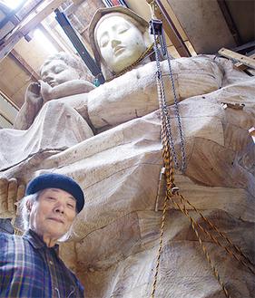 像を背後にする親松さん
