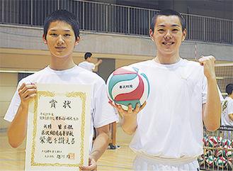 三重野豊隆主将(左)と山田選手