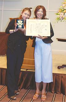 受賞を喜ぶ田辺委員長(右)と相澤亜寿香副委員長