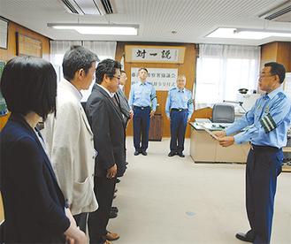 厳かな雰囲気の中、常田署長が委嘱状を手渡した