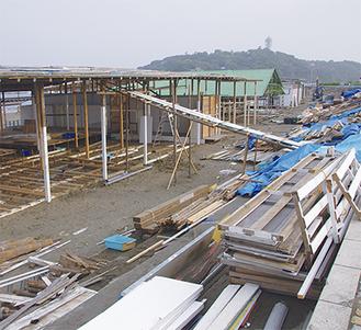 建設途中の海の家(片瀬海岸東浜で6月13日撮影)