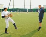 選手一人ひとりに気さくに話かける石井氏(右)