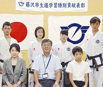表彰式では鈴木恒夫市長から賞状と記念品が手渡された(写真提供=藤沢市)