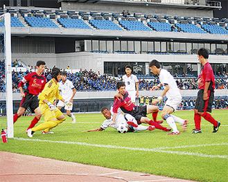 混戦の中、ゴールを狙う日大藤沢(白)