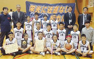 準優勝に輝いたチームメンバーら。昨年から現6年生が主力メンバーだったことから、2年間で実力をつけてきた