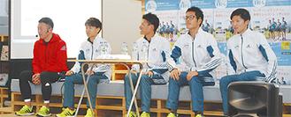 中野さん(左)と選手ら