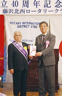 鈴木市長(右)に寄付金を手渡した安部会長