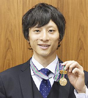 金メダルを手に笑顔の三本さん