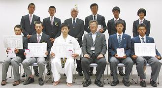 前列左から松本さん、沖廣さん、中川さん、鈴木市長、落合さん、竹内さん。後列は馬術関係者ら